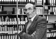 Niklas Luhmann (* 8. Dezember 1927 in Lüneburg; † 6. November 1998 in Oerlinghausen) war ein deutscher Soziologe und Gesellschaftstheoretiker. Als wichtigster Vertreter der soziologischen Systemtheorie zählt Luhmann zu den herausragenden Klassikern der Sozialwissenschaften im 20. Jahrhundert.